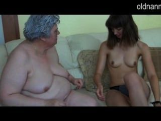 Velha avó peituda brincando com a menina magra