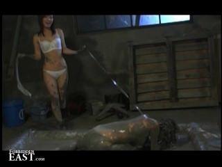 Femdom coloca seu japonês sexo feminino escravo em um banho de lama e atormenta-la