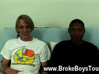 Video gay eles se sentaram de volta no futon, jamal inclinando-se e tomando