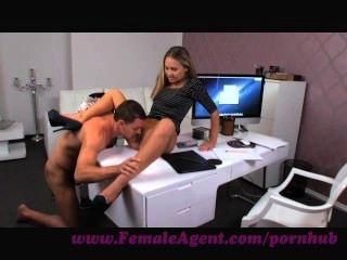 Agente feminina.Fumando novo agente fêmea quente seducees stud