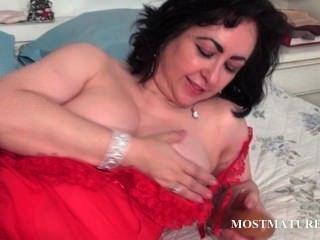 Hoe madura lambendo um vibrador na cama