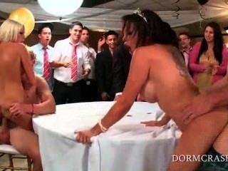Pornstars selvagens slutty que saltam facas da faculdade em um prom