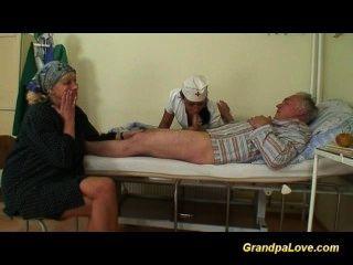 Vovô babe fodendo uma enfermeira morena agradável dando boquete