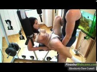 Adolescente mais quente de 19 anos masturbates dentro do ginásio na webcam