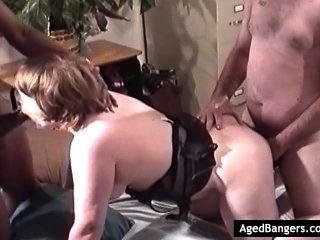 Mamãe slutty quer pau em todos os seus buracos e recebe-lo ao mesmo tempo.