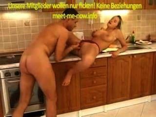 Babe alemão fica garrafa na buceta e se diverte