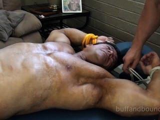 Bodybuilder musculoso ligado e cócegas zeus diamonte