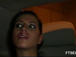 Brunette babe cheats em seu marido em um táxi