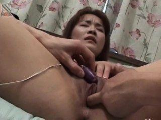 Brinquedos em sua vagina anal asiática minúscula