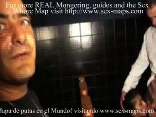 Meretriz e turista em um sexshop