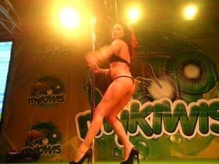 Sara pode mostrar sexo no stand mykiwis em feda 2013 by viciosillos.com