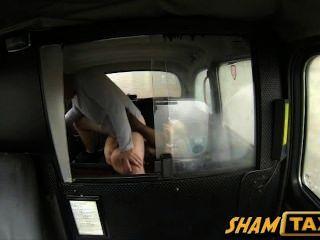 Loura milf fica seu bichano peludo coberto de cum durante o passeio de táxi