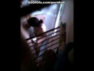 Morena fazendo mamada no banheiro