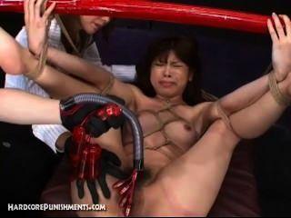 Escravo do sexo japonês amarrado ao pólo de bambu e fodido duro com máquinas