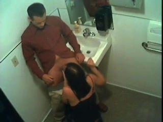 Stacy dá a cabeça no banheiro