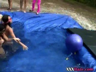 Meninas da faculdade nua em piscina temporária para hazing