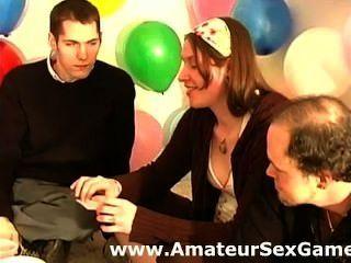 Grupo amador de aquecimento para o jogo de sexo dizendo segredos