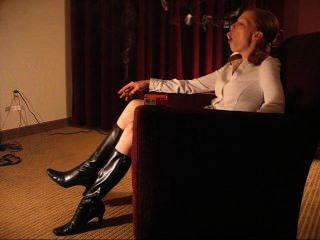 Monica redhead fumar em botas sexy