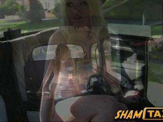 Motoristas de táxi assfucks sua ex-namorada no assento traseiro de seu carro