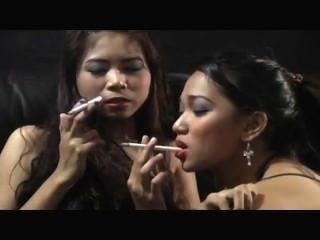 Duas meninas sexy fumo