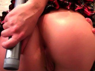 Garota loira coloca um vibrador em sua bunda