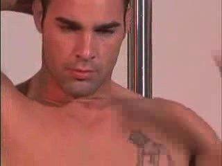 Modelo masculino bonito mostrando nu