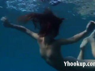 Julia está nadando nu sob o mar no mar