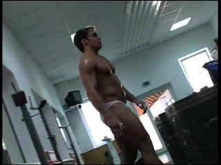 Jovem alemão bodybuilder weightlifting parte 2