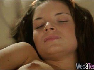 Brunette anita está dedilhando sua buceta