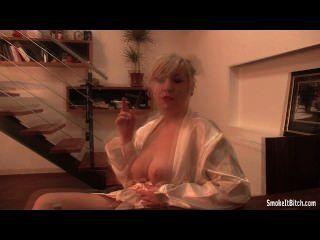 Busty loira, branca, robe, fumar