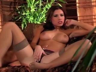 Linda babe esfregando seu pussy em calcinha e meias coxa alta