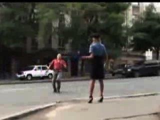 Mulher policial sexy perdeu sua saia em público