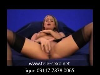 Menina, meias, masturbando-se no sofá tele sexo.net 09117 7878 0065