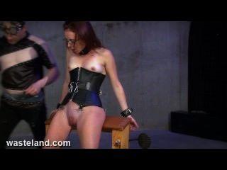 Atormentando sua buceta com grampos, pás e eletricidade em couro corset