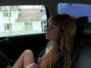 Ruiva masturba e fode em táxi
