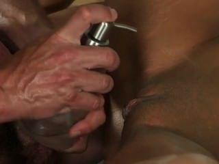 Morena dá footjob para seu massagista