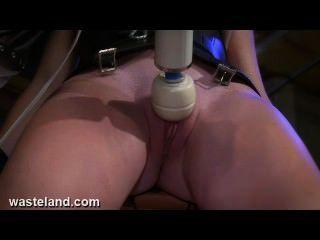 Atormentando a buceta do sexo escravo com máquinas do bdsm, eletricidade e dor