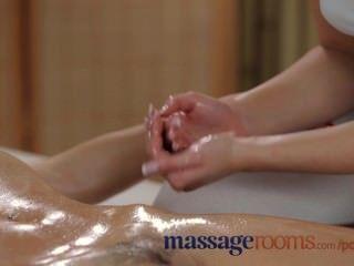 Salas de massagem lésbicas jovens sexy têm diversão oleosa até clímax intenso