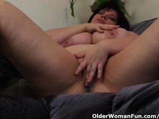 Bbw maduro com grandes mamas se masturba com vibrador