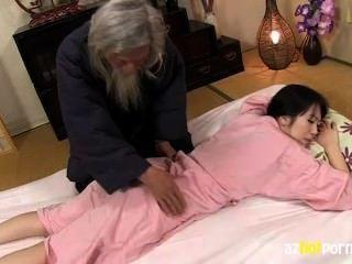 A mulher impertinente nutre a massagem qualificada
