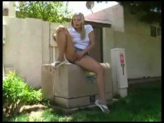 Menina quente esfregando no playground