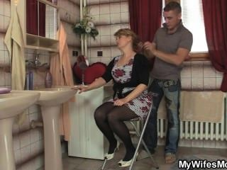 Sua esposa sai e ele bate sua mãe quente