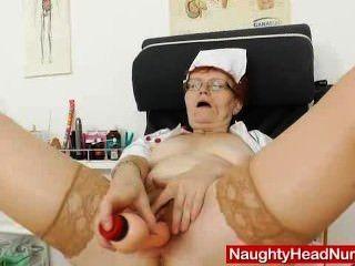 Cabeça enfermeira praticante em óculos brinca seu muff