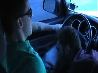 Cara com pau grande sugado no carro