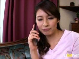 Senhora asiática alta bonita é tão excitada