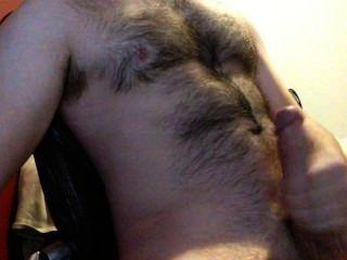 Empurrando meu enorme pau até que eu cum grandes cargas em meu peito peludo