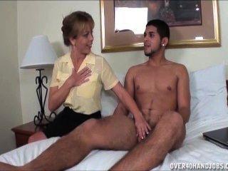 Impertinente milf empurrões fora de um jovem nua