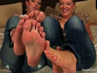 2 meninas pé cócegas
