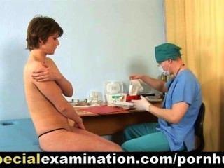 Exame médico especial para tímida jovem