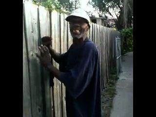 Homem preto velho fode a cadela japonesa nas ruas do thed